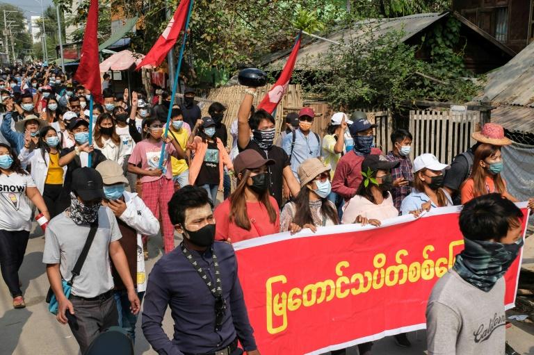 Photo prise et diffusée le 9 avril 2021 par une source anonyme via Facebook d'une manifestation à Mandalay contre le coup d'Etat militaire en Birmanie
