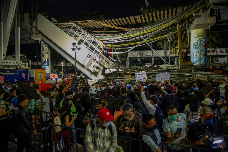 Manifestation sur le site de l'effondrement d'un pont du métro aérien, le 7 mai 2021 à Mexico