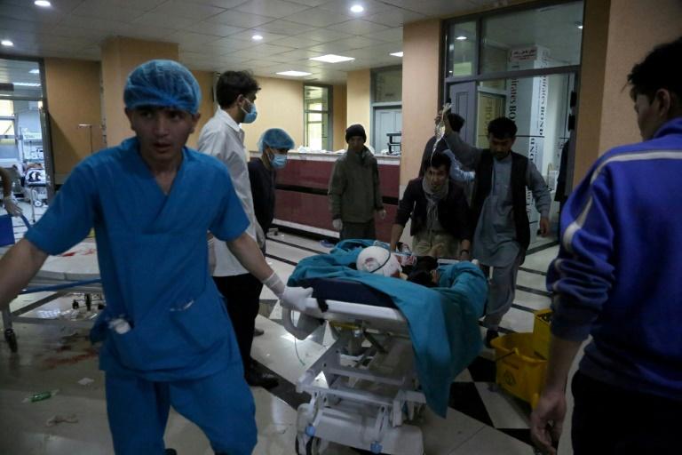 Un blessé est transporté à l'hôpital après un attentat à la bombe près d'une école pour fille, le 8 mai 2021 à Kaboul, en Afghanistan