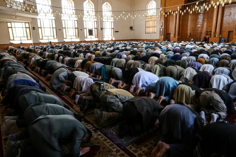 Des fidèles musulmans prient au début de la fête de l'Aïd el-Fitr pour marquer la fin du mois de ramadant, à la mosquée Abdul Rahman de Kaboul, le 13 mai 2021
