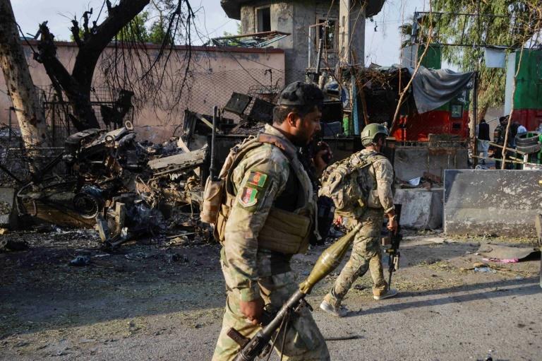 Des soldats afghans devant l'entrée de la prison de Jalalabad attaquée par des talibans, le 3 août 2020