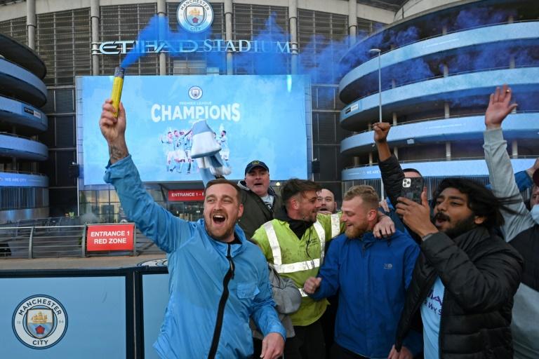Les supporters de Manchester City en liesse devant leur stade après le sacre de champion de leur équipe consécutif à la défaite de Mnchester United, le 11 mai 2021