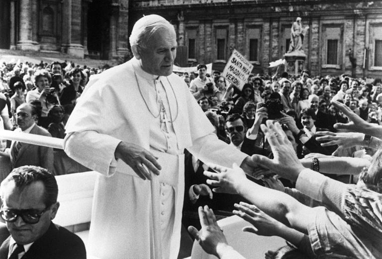 Le pape Jean-Paul II quelques secondes avant d'être grièvement blessé par balles par l'extrémiste turc Mehmet Ali Agca le 13 mai 1981 sur la place Saint-Pierre à Rome