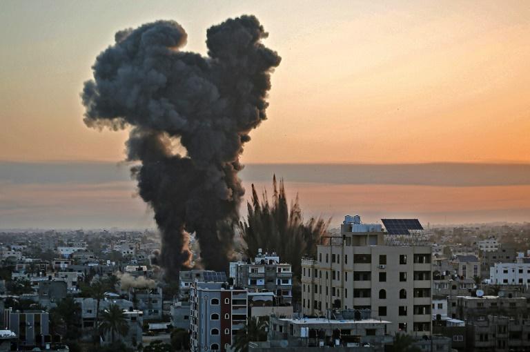 Des volutes de fumée noire s'élèvent après une série de frappes aériennes israéliennes visant Khan Yunis, dans le sud de la bande de Gaza, le 12 mai 2021