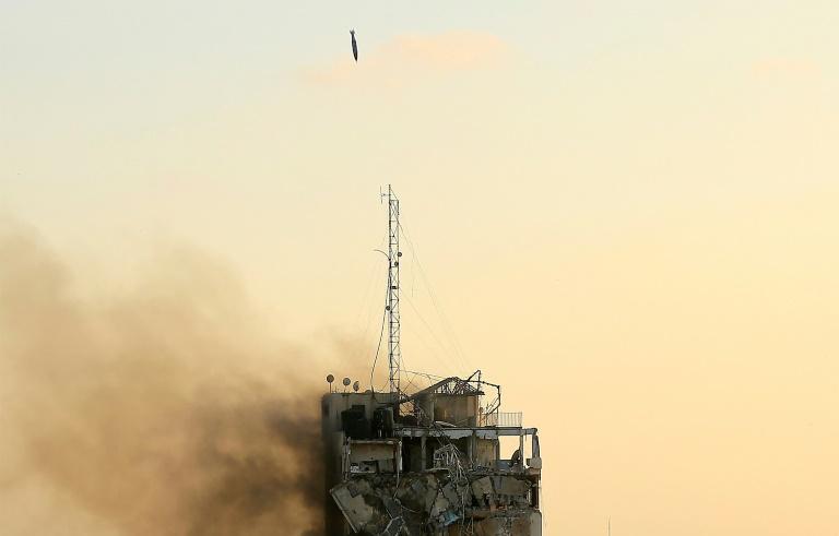 Une bombe guidée israélienne s'apprête à frapper la dernière portion encore debout de la tour Al-Sharouk à Gaza, le 12 mai 2021