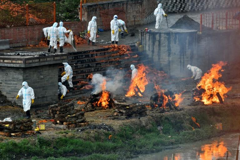 Installation de bûchers funéraires supplémentaires destinés aux personnes mortes du Covid-19, à Katmandou le 5 mai 2021