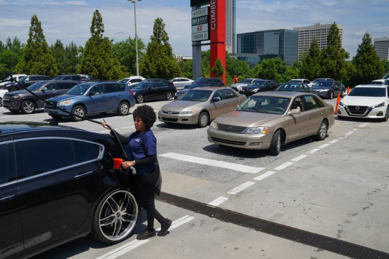 Une conductrice fait le plein à une station-service Costco le 11 mai à Atlanta en Géorgie