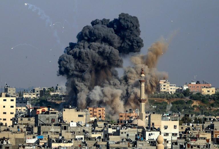 Fumée après des frappes aériennes israéliennes à Gaza
