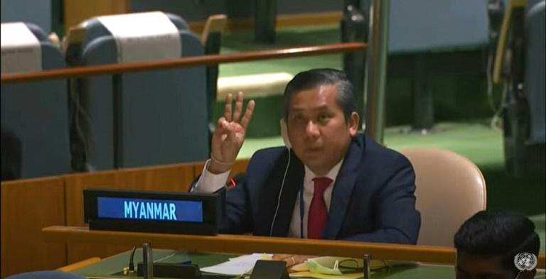 Capture d'image d'une vidéo disponible sur la chaîne YouTube des Nations unies de l'ambassadeur de la Birmanie à l'ONU, Kyaw Moe Tun, faisant le salut à trois doigts, le 26 février 2021 à New York