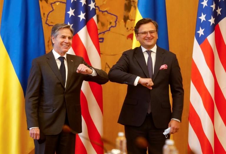 Le secrétaire d'Etat américain Antony Blinken (à gauche) salue son homologue ukrainien Dmytro Kouleba le 6 mai 2021 à Kiev