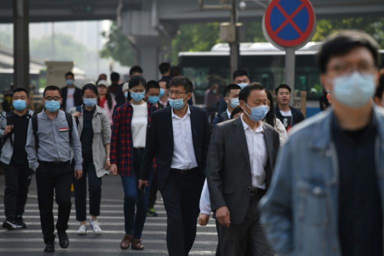 Des Chinois se rendent au travail à l'heure de pointe à Pékin le 11 mai 2021