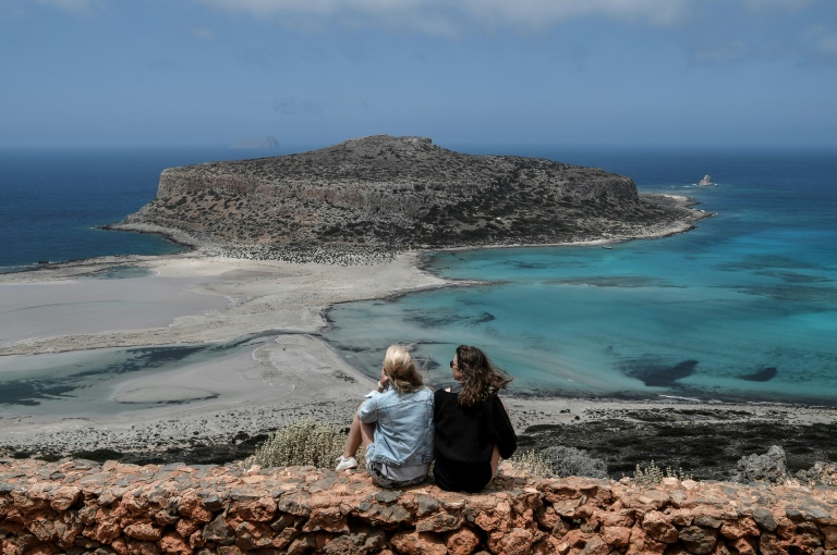 Des touristes admirent la plage de Balos et son lagon, le 13 mai 2021 sur l'île de Crète, en Grèce