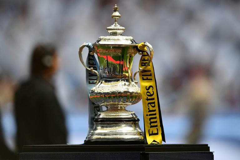 Le trophée, remis au vainqueur de la Coupe d'Angleterre, est exposé avant la finale entre Manchester City et Watford, le 18 mai 2019 au stade de Wembley à Londres