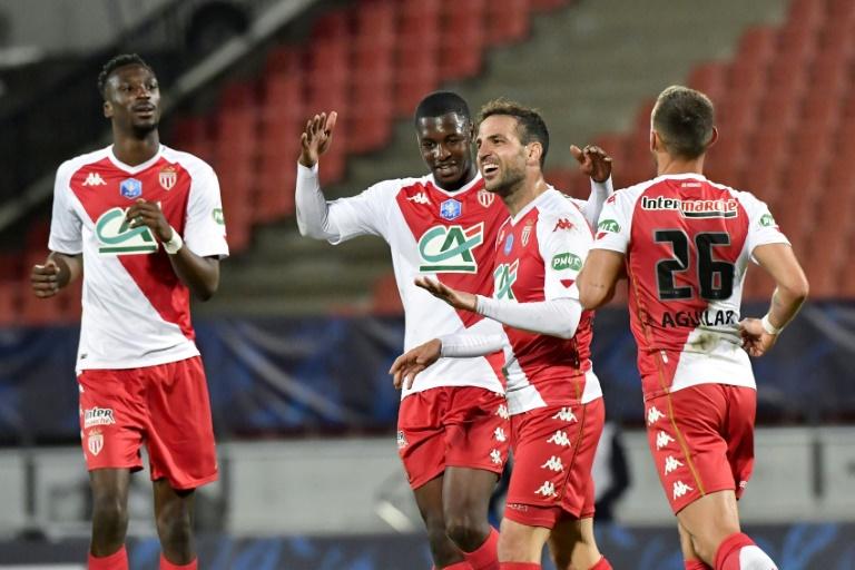 Le milieu de terrain espagnol Cesc Fabregas, félicité par ses coéquipiers, après avoir marqué le 4e but face à Rumilly-Vallières en demi-finale de la Coupe de France, le 13 mai 2021 à Annecy