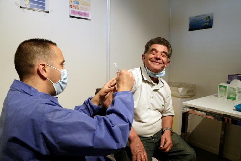Un homme se fait vacciner le 15 mai 2021 au centre géant installé Porte de Versailles à Paris