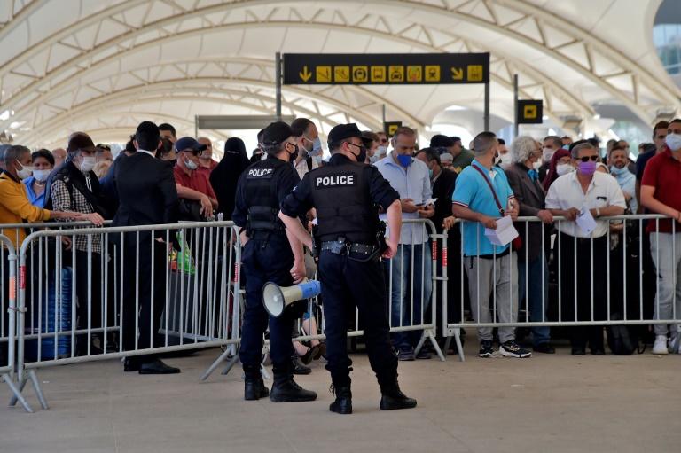 Des passagers attendant à l'aéroport d'Alger un vol vers la France le 27 mai 2020