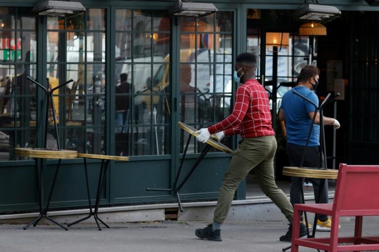 Un restaurant parisien réorganise sa terrasse le 10 mai 2021