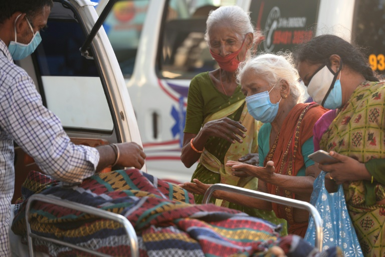Une famille pleure l'un des siens décédé du coronavirus, à Chennai en Inde le 5 mai 2021