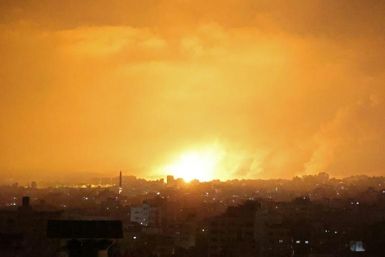 Une explosion illumine le ciel après une frappe israélienne sur la bande de Gaza, le 14 mai 2021