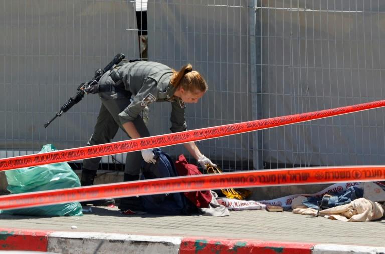 Une soldate israélienne sur le lieu de l'attaque devant une base militaire près de Jénine en Cisjordanie occupée, le 7 mai 2021