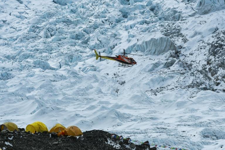 Un hélicoptère survole le camp de base de l'Everest, le 2 mai 2021 au Népal