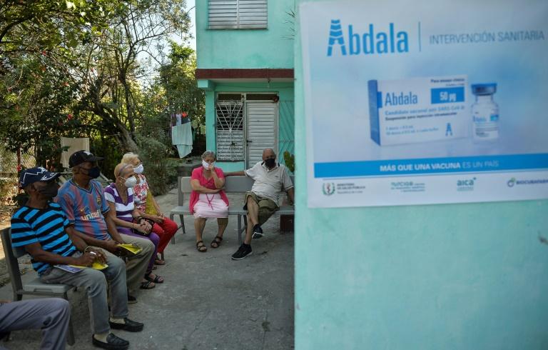 Des personnes attendent pour recevoir une dose du candidat-vaccin cubain Abdala contre le Covid-19, le 12 mai 2021 à La Havane