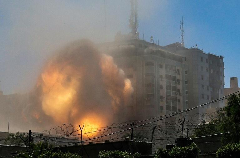 Une boule de feu jaillit d'un bâtiment qui abritait les locaux de médias internationaux, pulvérisé par une frappe israélienne, le 15 mai 2021 à Gaza