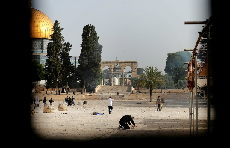 De violents accrochages ont lieu sur l'espanade des Mosquées à Jérusalem entre Palestiniens et police israélienne, le 10 mai 2021
