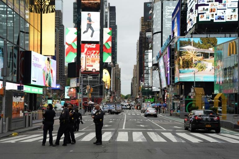 Des policiers sur le site d'une fusillade qui a fait trois blessées dont un enfant Times Square, à New York, le 8 mai 2021