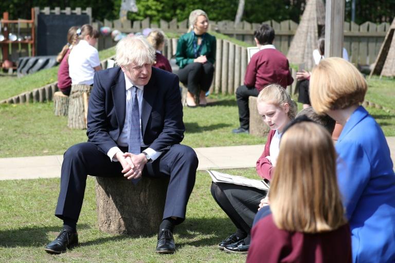 Le Premier ministre britannique Boris Johnson visite une école primaire à Ferryhill, dans le nord de l'Angleterre le 13 mai 2021