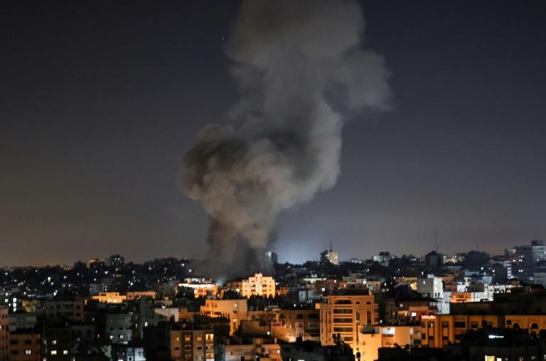 Un panache de fumée après une frappe israélienne à Gaza le 15 mai 2021