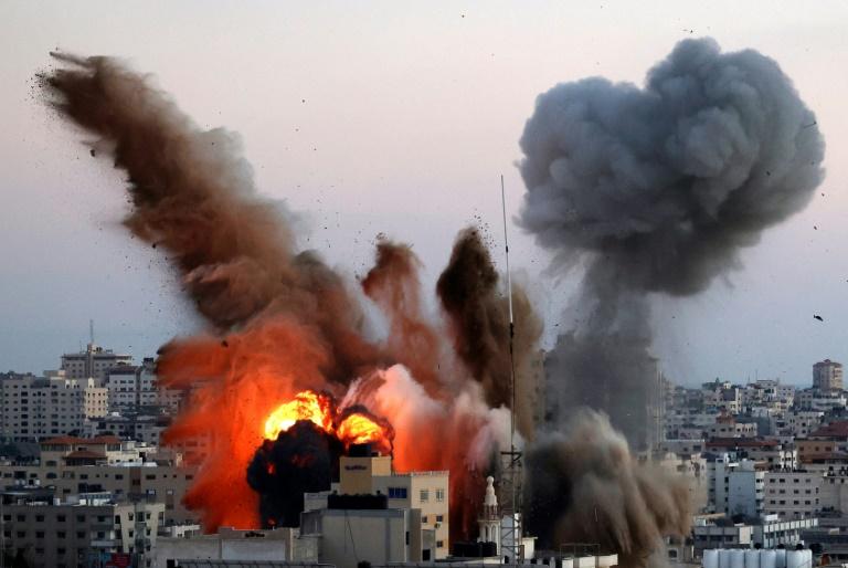 Explosions à Gaza après des raids israéliens sur un complexe lié au Hamas palestinien, le 14 mai 2021