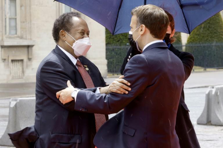 Le président français Emmanuel Macron (d) accueille le Premier ministre soudanais Abdallah Hamdok à Paris, le 17 mai 2021