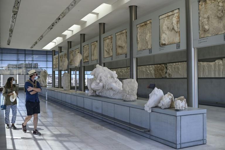 Visite de touristes du musée de l'Acropole à Athènes, le 14 mai 2021