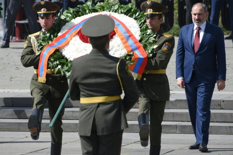 Le dirigeant arménien Nikol Pachinian assiste à une cérémonie célébrant la victoire alliée contre l'Allemagne nazie à Erevan le 9 mai 2021