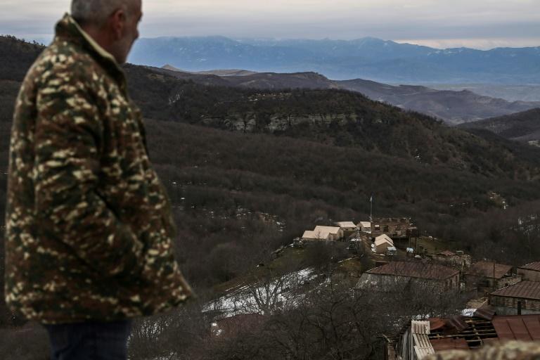 Un habitant du village de Shurnukh, en Arménie, regarde une installation de l'armée d'Azerbaïdjan le 4 mars 2021