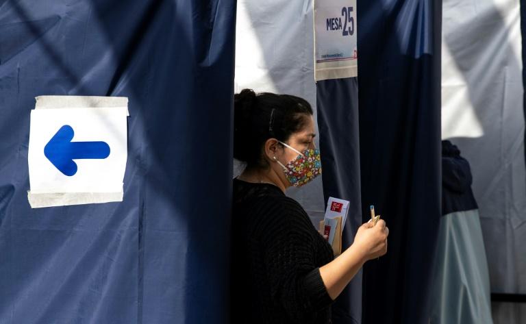 Une femme vote pour désigner les rédacteurs de la nouvelle Constitution du Chili, à Santiago le 16 mai 2021