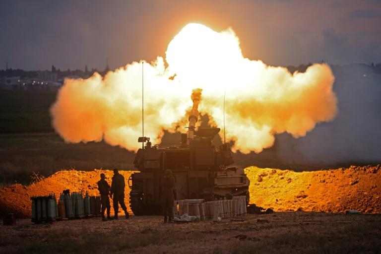 Un char israélien tire des obus vers la bande de Gaza, le 17 mai 2021