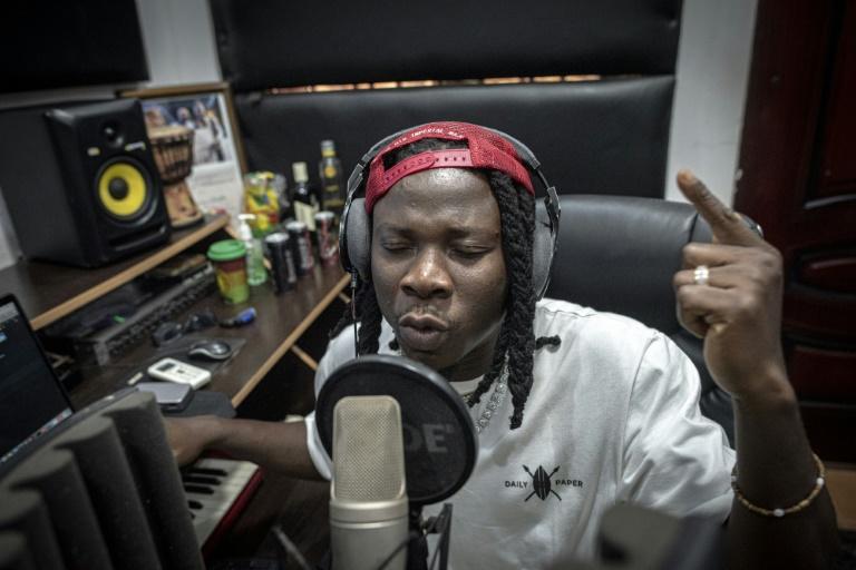 Un des rois de l'afrobeats ghanéenne, le musicien Stonebwoy pendant un enregistrement en studio dans sa maison à Accra, au Ghana le 25 mars 2021