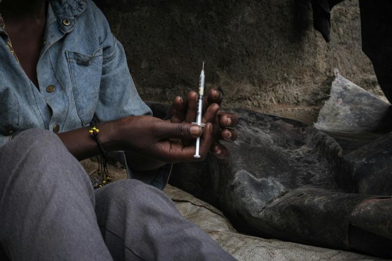 Une jeune droguée dans un bidonville de Nairobi, le 22 janvier 2021