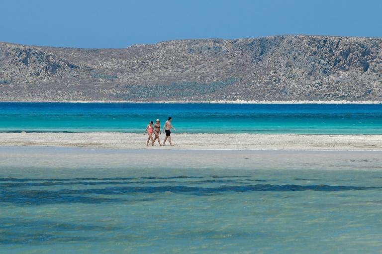 Des touristes sur la plage de Balos, sur l'île de Crète, le 13 mai 2021