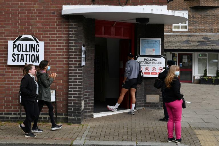 Des électeurs font la queue pour pouvoir voter pour les élections locales, le 6 mai 2021 dans un quartier du sud-ouest de Londres
