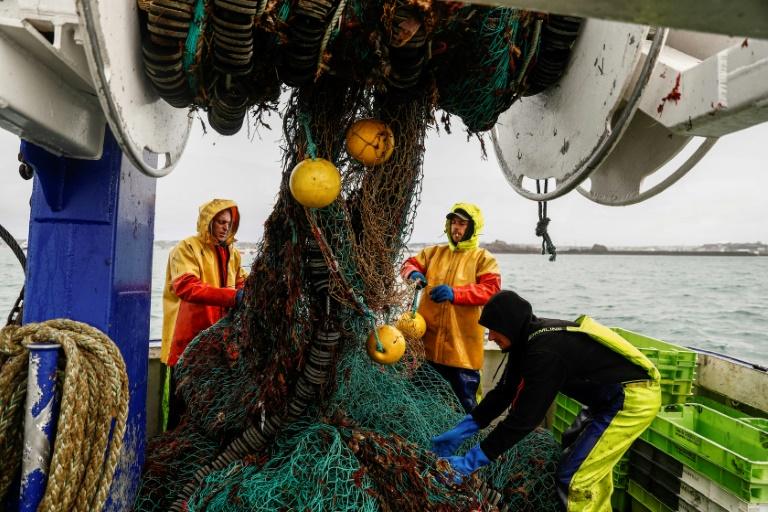 Des pêcheurs français sur leur bateau près du port de Saint Helier, capitale de l'île de Jersey, le 6 mai 2021