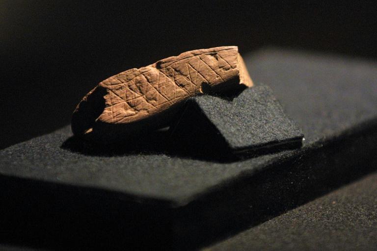 Photo prise le 23 janvier 2002 au musée Iziko du Cap d'un morceau d'ocre portant la gravure la plus ancienne attribuée à Homo sapiens en motifs géométriques, découverte en Afrique du sud