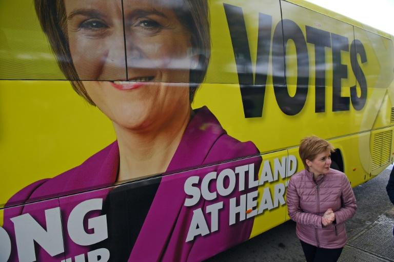 Nicola Sturgeon, Première ministre à la tête du Parti national écossais, fait campagne à Dumbarton en Ecosse le 5 mai 2021