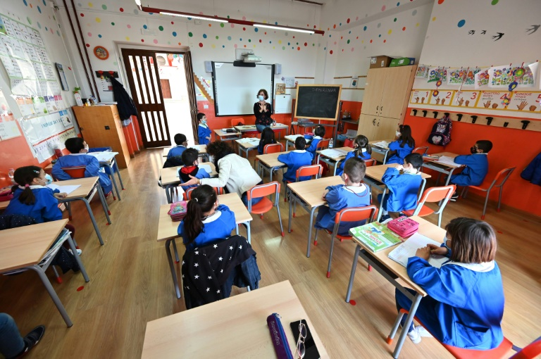 Des élèves en classe, dans une école de Caltagirone, le 28 avril 2021 en Sicile