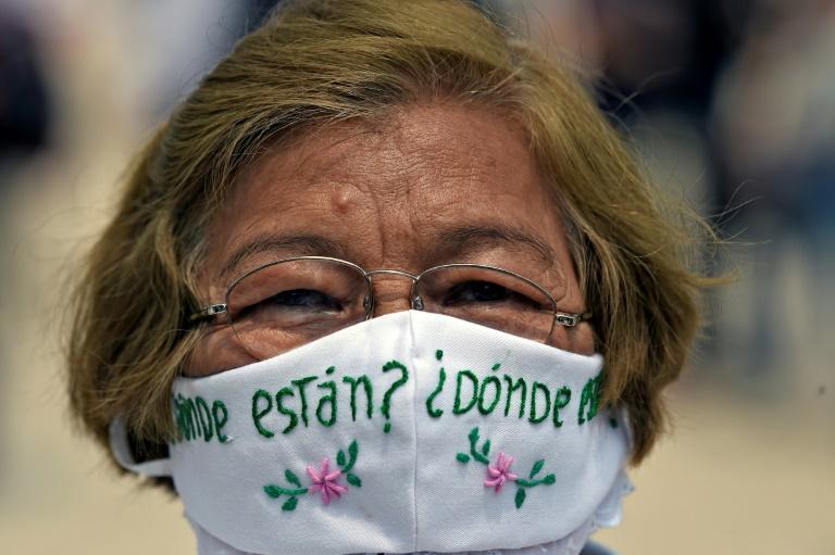 Une femme porte un masque