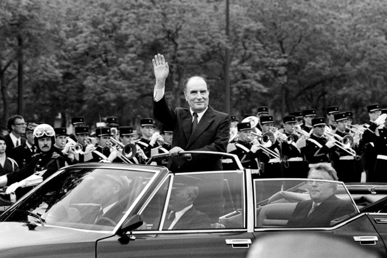 Le président François Mitterrand remonte les Champs-Elysées le 21 mai 1981 à Paris
