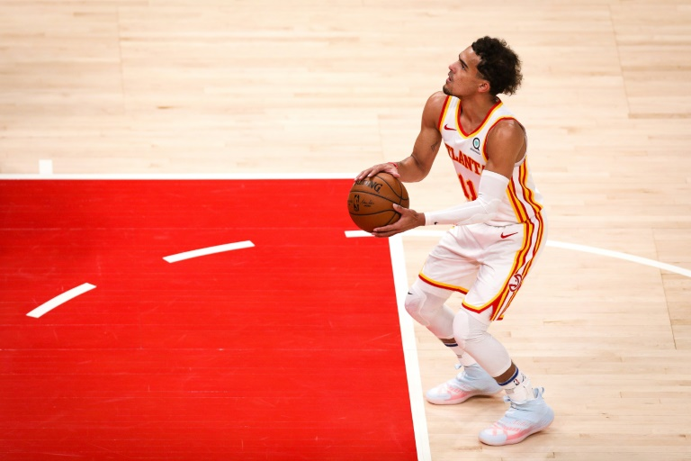 Trae Young des Atlanta Hawks tente un lancer-franc contre les Washington Wizards en NBA le 10 mai 2021 à la State Farm Arena à Atlanta
