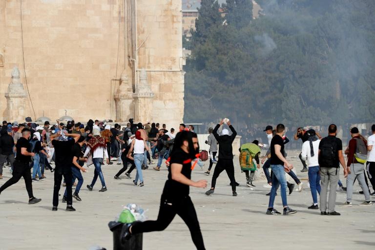 Des heurts éclatent entre Palestiniens et police israélienne aux abords de la mosquée al-Aqsa, le 10 mai 2021, jour de la célébration selon le calendrier hébraïque de la
